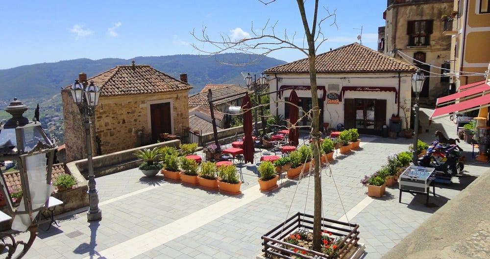 Visita a Castellabate - La piazzetta del film Benvenuti al Sud