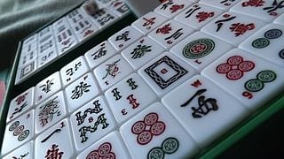 Mahjong_tiles_on_angle