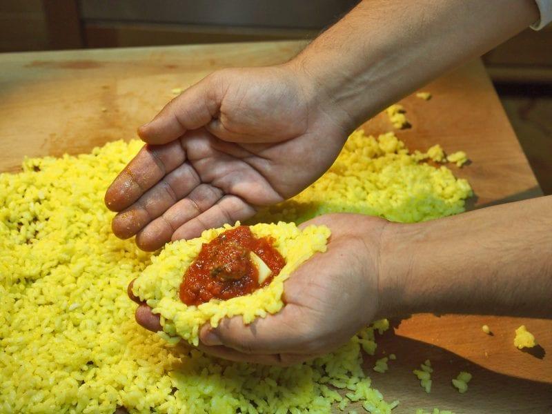 Preparazione degli arancini