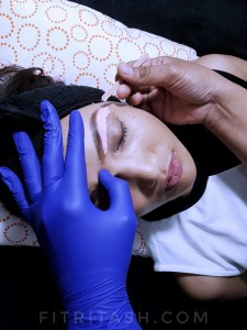 Proses pelapisan sebelum unwanted-hair pada alis diangkat