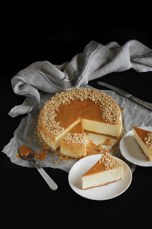 Kremowy sernik na orzechowym spodzie - masa serowa bez masła, mąki i cukru