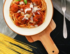 Spaghetti z ziołowymi klopsikami