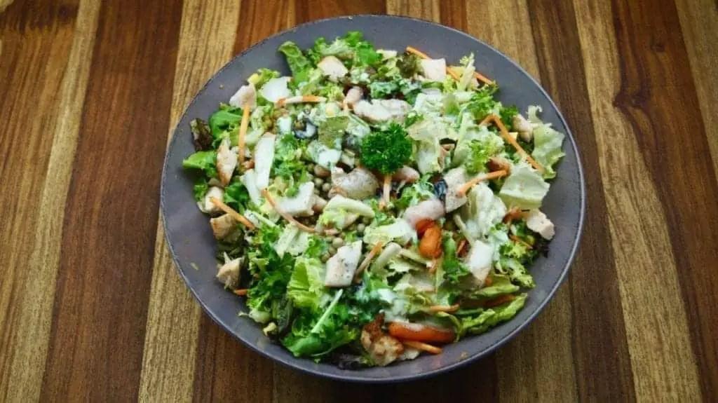 Gesunder Salat zum Grillen