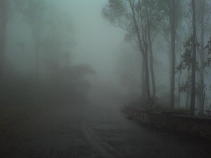 大雨喺上嚟,連路都睇唔到。想唔被困都唔得。