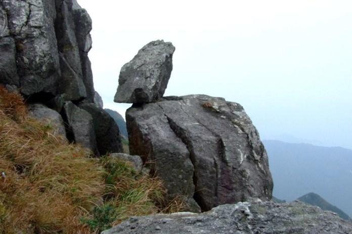 臨崖巨石標誌著狗牙嶺已到尾聲