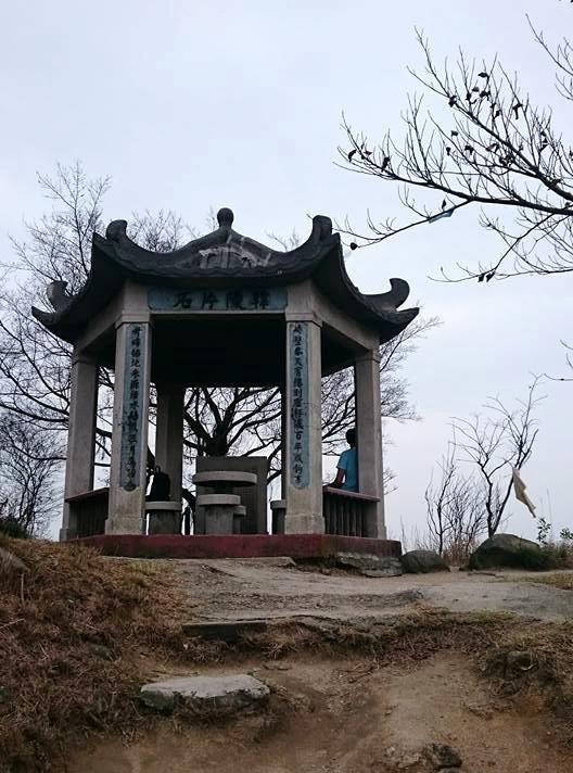 青山頂的韓陵片石亭