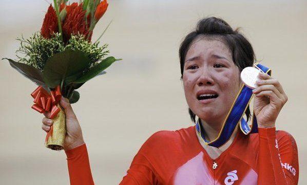 黃蘊瑤2010年亞運領取銀牌時,哭成淚人。