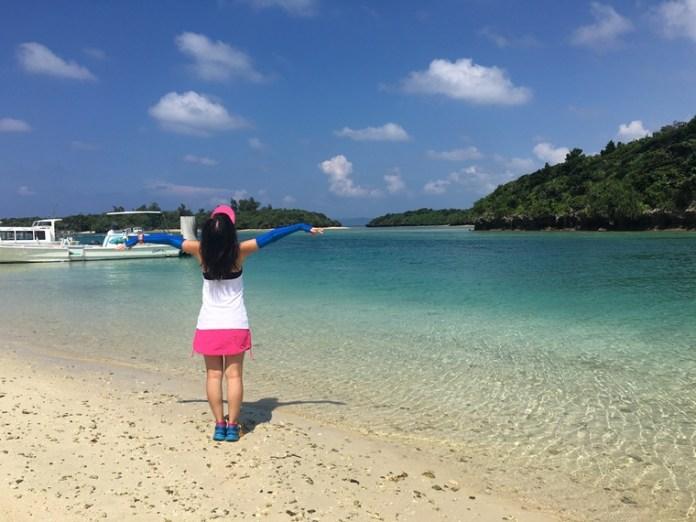 川平灣被視為百景之一,是日本《米芝蓮》旅遊版中的三星級美景,其零污染的海水清澈透明,在岸邊已可清楚看到水中的生物如小魚、水母等,由於水母和水流關係,建議坐玻璃船看水底的珊瑚羣。