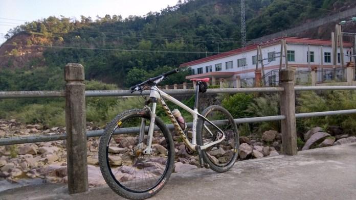 經過十多公里下山,最後到達鶴坑河的水力發電站。