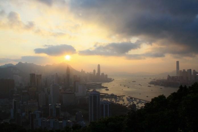 若果在夏季登山觀日落,太陽會沒於海平面