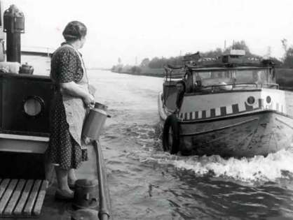 1949: The Amsterdam parlevinkers in the canals and harbor of Amsterdam - old film images