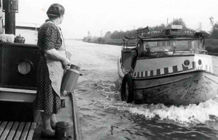 1949: The Amsterdam parlevinkers in the canals and harbor of Amsterdam – old film images