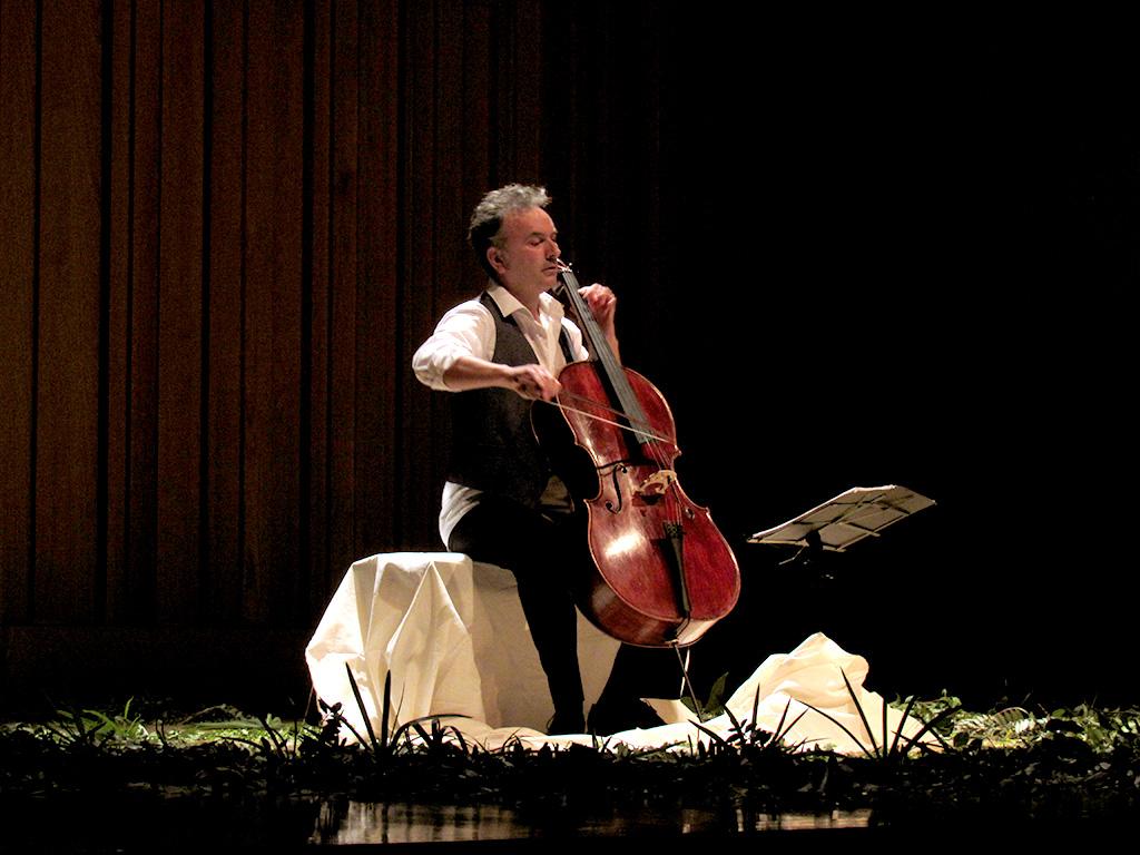 Iñaki Etxepare dando concierto de violoncello durante el FIV León 2017