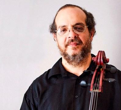 Retrato del violoncellista cubano en México Roberto Gómez Arguelles