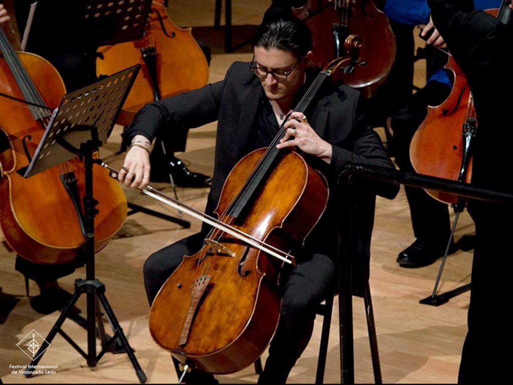 Santiago Cañón tocando el concierto en el concierto de clausura del FIV León 2019
