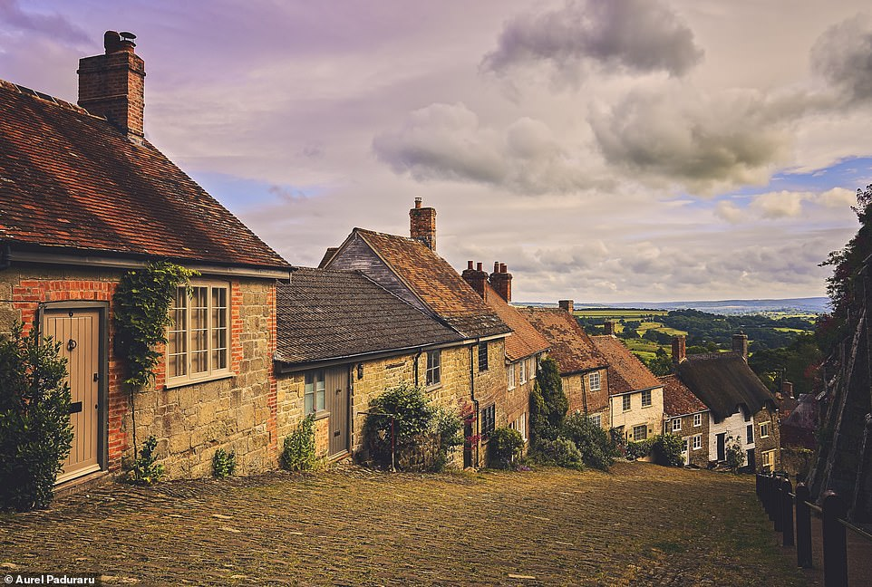 28158950 8300951 The famous cobbled street of Gold Hill in Shaftesbury Dorset whi a 22 1589184951740