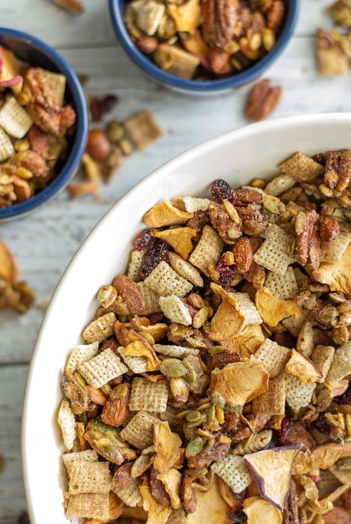 Gluten Free cinnamon snack mix is a great road trip snack for kids. This homemade, sweet trail mix is filled with apple cinnamon fall flavors to keep you full and satisfied during travels. #glutenfree #kidssnacks