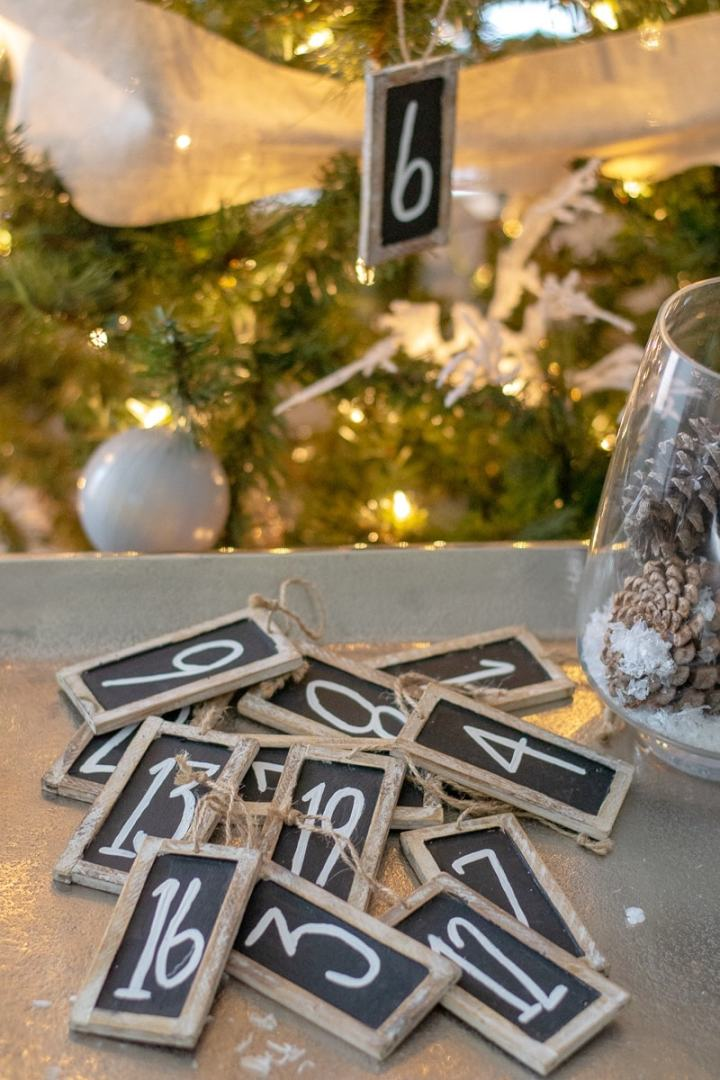 How to create a lasting and fun holiday tradition that will bring the whole family together. The 25 days of Christmas for families is the best way to celebrate the entire holiday season. #family #christmas #traditions