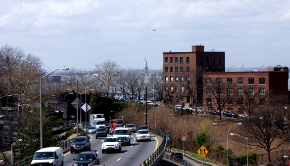 Début du Brooklyn Bridge, on voit Miss Liberty