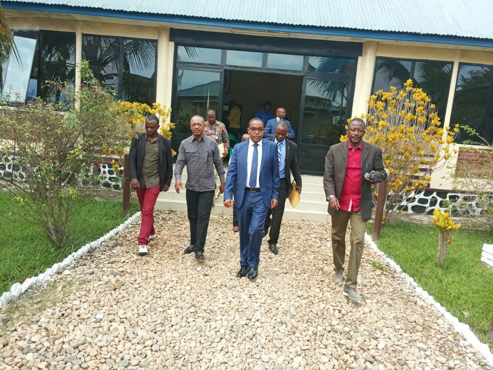 UVIRA : THÉO KASI NGWABIDJE,GOUVERNEUR DU SUD-KIVU REMET DE L'ORDRE AU POSTE FRONTALIER DE KAVINVIRA RELIANT LA RDC AU BURUNDI.