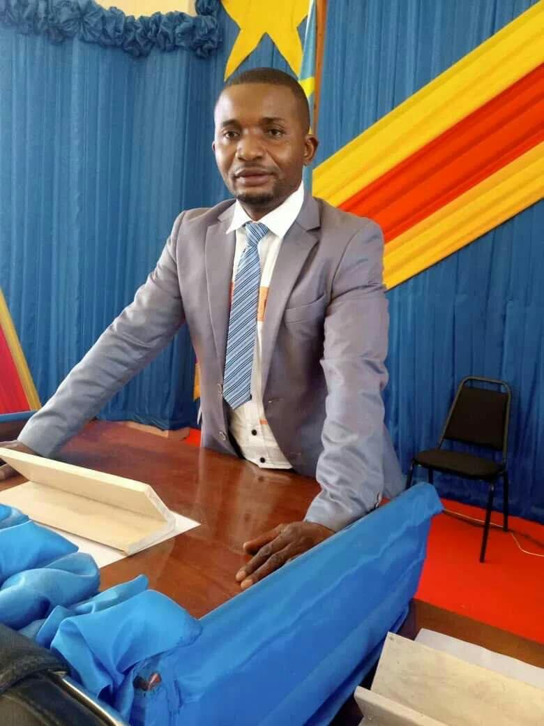 ©Ph d'archive, le député provincial Peshi Mtengya prince expose devant les parlementaires au Sud-kivu.