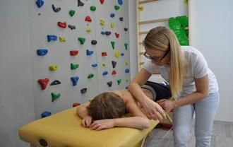 masaż pleców dziecka tkanki głębokie