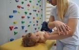 ćwiczenie rehabilitacyjne prawej dłoni chłopca