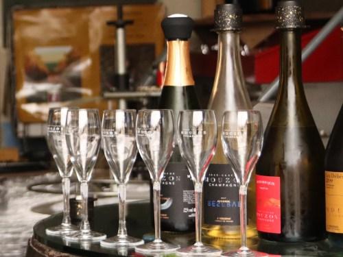 Het serveren van Champagne