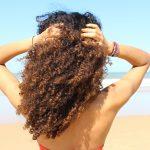3 étapes pour protéger et prendre soin de ses boucles en été