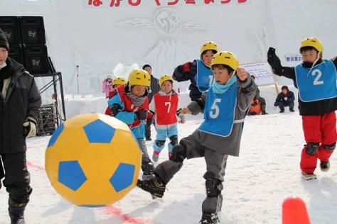 ジャンボサッカーをプレイする小学生たち なかしべつ冬まつり(ジャンボサッカー)から引用