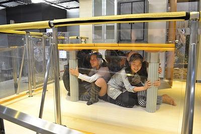 テーブルの下で本物そっくりの地震の揺れを体験できる地震体験室 東京消防庁<防災館・博物館><立川防災館>から引用