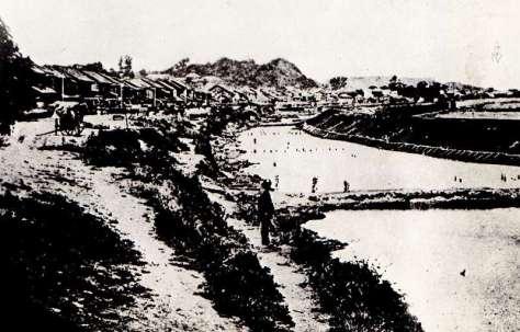 明治時代の高輪築堤 日本国有鉄道「日本国有鉄道百年 写真史」から引用