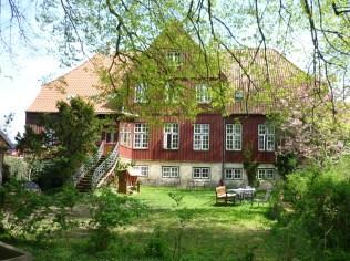 Das jetzige Seminarhaus, aus dem Bibelgarten betrachtet