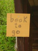 Schild - im Bushaltehäuschen dahinter gab's NOCH mehr freie Bücher