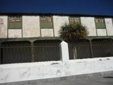 Und dieses Anwesen direkt hinterm Kirchplatz und mit mehreren Nebengebäuden sowie Garten: SE VENDE, zu verkaufen... Hach!