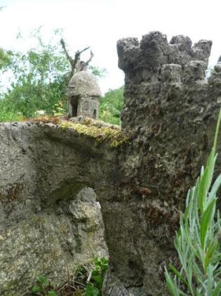 Blick von unten über den Burggraben