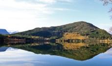 Frisvollfjellet by lake Oravatnet