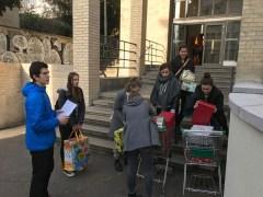 Linus Andrzejczak (im blauen Pullover) und seine Mitstreiterinnen haben die Geschenkeaktion toll geplant - mit auch sicher jedes Kind ein passendes Weihnachtsgeschenk bekommt.
