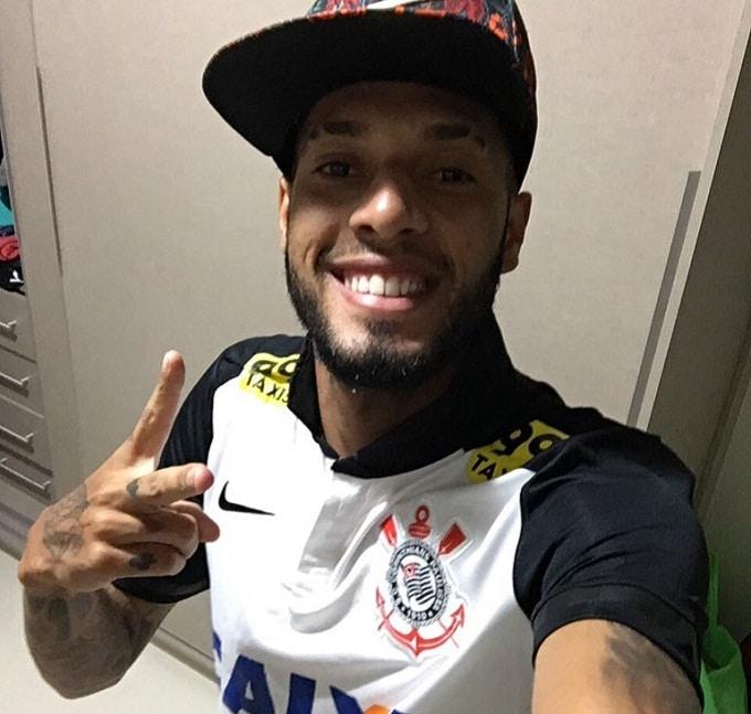 Flamengo pune Paulinho por foto com camisa do Corinthians