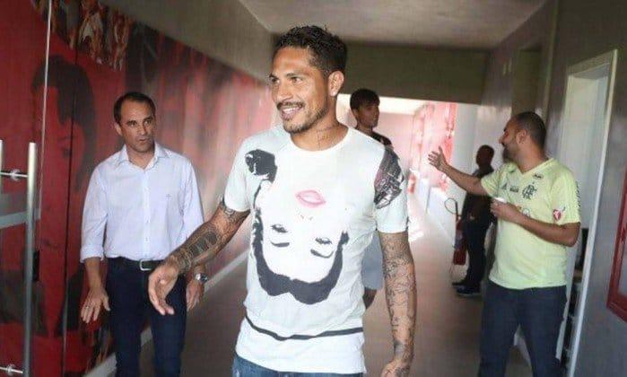 Livre para assinar pré-contrato, Guerrero discute renovação com o Fla