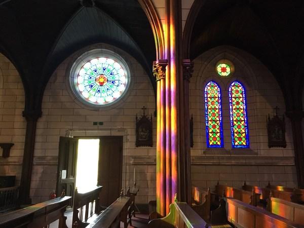 聖ザビエル天主堂のステンドグラスから差し込む光