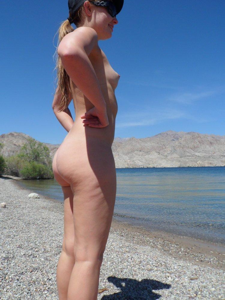 gostosa-na-praia-de-nudismo-2