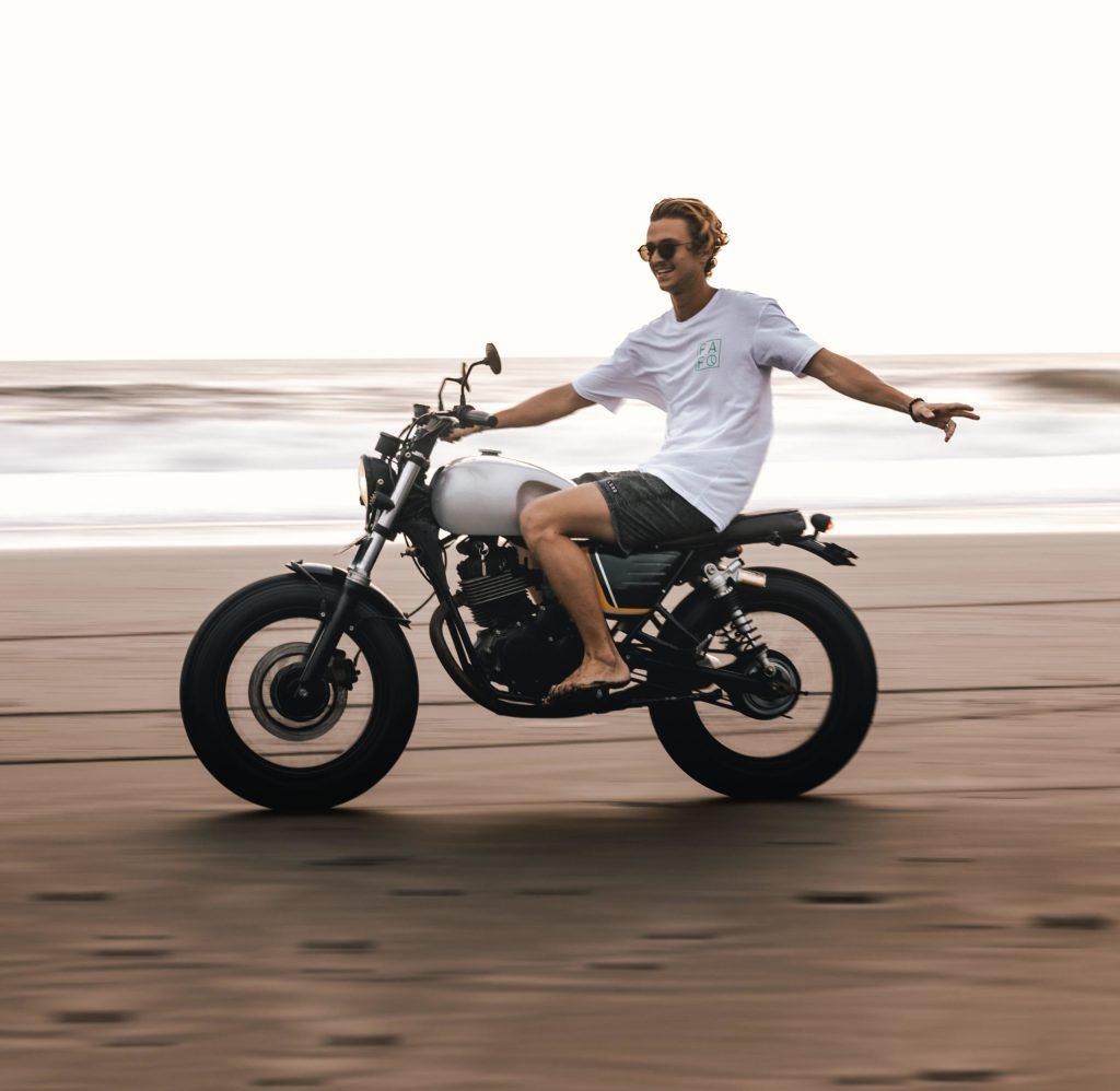 placer moto en playa