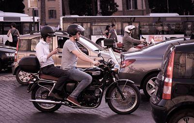 moto en el trafico