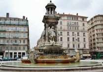 Fontaine Place des Jacobins (01)