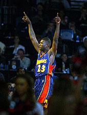 Jason Richardson célèbre sa victoire au Slam Dunk Contest 2003 (c) nba.com