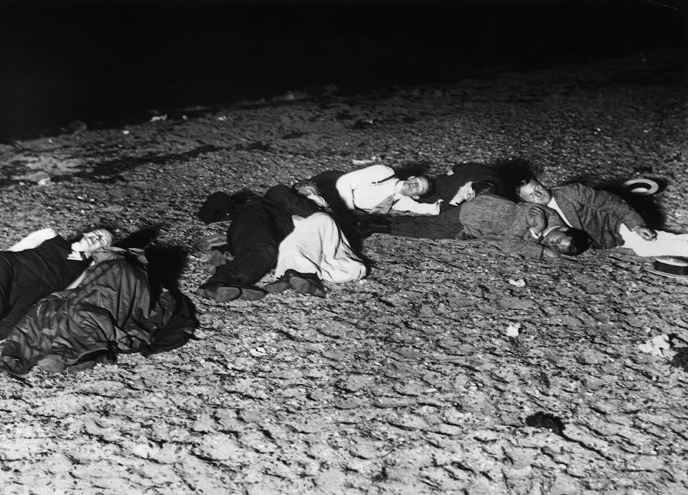 1st August 1911:  Men sleeping on the sands at Westcliff during a heatwave.  (Photo by Topical Press Agency/Getty Images)