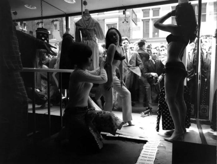 Живые модели одеваются в витрине бутика Carnaby Street 'Lady Jane'.  (Фото Evening Standard / Getty Images)