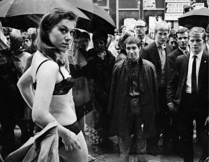 11 мая 1966 года: модель принимает участие в шумной фотосессии в витрине нового бутика Henry Moss на модной лондонской Carnaby Street.  (Фото Джона Даунинга / Экспресс / Архив Халтона / Getty Images)