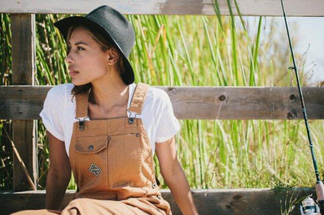 look salopette, t-shirt blanc, chapeau noir femme, salopette beige, nature sauvage